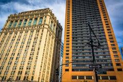 Здания вдоль западной улицы в Манхаттане, Нью-Йорке Стоковые Изображения RF