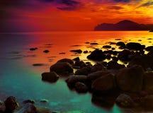 在岩石日落的海岸 免版税库存图片
