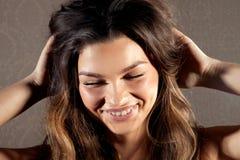有暴牙的微笑的愉快的女孩 免版税库存照片