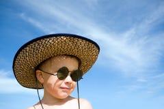 男孩帽子太阳镜 免版税图库摄影