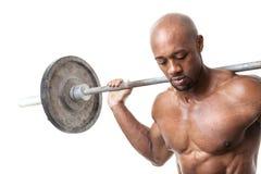 拿着杠铃的肌肉人 免版税库存照片