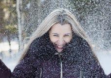 美丽的微笑的妇女获得乐趣 免版税库存照片