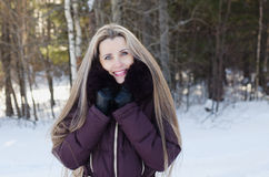 冬天步行的美丽的微笑的妇女 库存照片