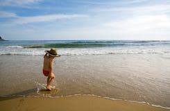 海滩男孩跳舞 免版税图库摄影