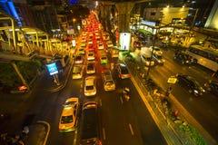 交通堵塞在市中心在晚上 曼谷的变得的交通问题更坏 库存照片
