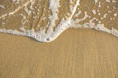 海滩与软的波浪的沙子纹理 自然 库存图片