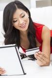 Азиатская китайская кредитная карточка компьютера таблетки женщины Стоковые Фотографии RF