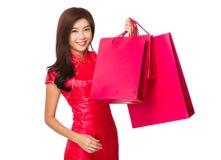 有红色购物袋的中国妇女举行 免版税库存照片
