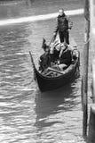 平底船的船夫运载的游人在威尼斯,黑白 库存图片