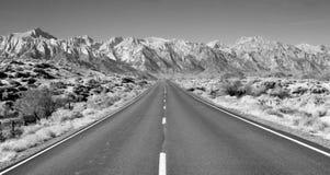 完善的高速公路欧文斯谷内华达山山加利福尼亚 库存照片