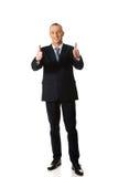 Полнометражный бизнесмен показывать одобренный знак Стоковая Фотография