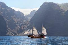有白色风帆的老木船 库存图片