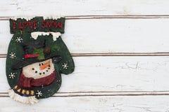 与在难看的东西被构造的圣诞节手套的圣诞节背景 免版税库存照片