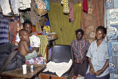 乌干达家庭小组画象在客厅 免版税库存图片