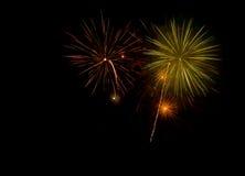 Όμορφα και ζωηρόχρωμα πυροτεχνήματα και σπινθηρίσματα για τον εορτασμό του νέου έτους ή άλλου γεγονότος Στοκ Εικόνες