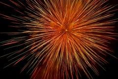 Όμορφα και ζωηρόχρωμα πυροτεχνήματα και σπινθηρίσματα για τον εορτασμό του νέου έτους ή άλλου γεγονότος Στοκ Εικόνα