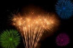 Όμορφα και ζωηρόχρωμα πυροτεχνήματα και σπινθηρίσματα για τον εορτασμό του νέου έτους ή άλλου γεγονότος Στοκ Φωτογραφίες