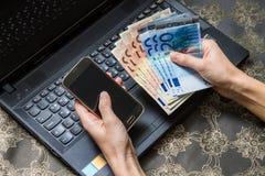 巧妙的电话和计算机在线的付款 免版税图库摄影