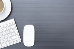 有一只无线老鼠的灰色企业书桌 免版税图库摄影