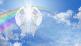 天使翼和彩虹在蓝天 免版税库存照片