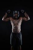 庆祝他的成功的肌肉拳击手 免版税库存图片