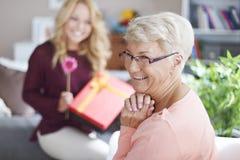 有祖母的逗人喜爱的白肤金发的孙女 免版税图库摄影