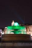 在特拉法加广场的喷泉在晚上 免版税库存图片