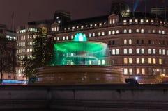 在特拉法加广场的喷泉在晚上 库存图片