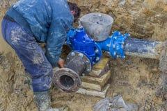 Εγκατάσταση της διασταύρωσης για τις νέες εμπορικές παροχές νερού οικοδόμησης Στοκ εικόνα με δικαίωμα ελεύθερης χρήσης