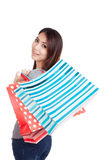 Νέα ασιατική γυναίκα ευχαριστημένη από την τσάντα αγορών Στοκ εικόνες με δικαίωμα ελεύθερης χρήσης