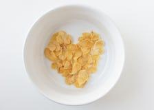 心脏在被隔绝的白色碗的形状玉米片 免版税库存照片