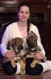 有两只小狗的青少年的女孩 免版税库存图片