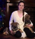 有两只小狗的青少年的女孩 图库摄影