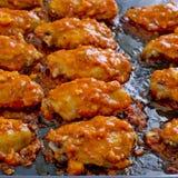 炸鸡新奥尔良 甜和辣在准备服务的盘子 图库摄影