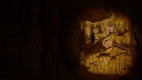 Μέσα στην όμορφη σπηλιά απόθεμα βίντεο