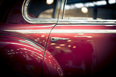 一辆减速火箭的汽车的红色后门 库存图片