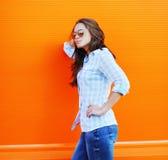 Καλοκαίρι, μόδα και έννοια ανθρώπων - όμορφη γυναίκα στα γυαλιά ηλίου Στοκ Εικόνα
