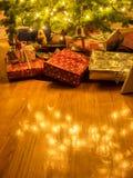 被包裹的包裹在圣诞树下 免版税库存图片