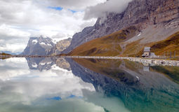 Озеро в швейцарских Альпах Стоковое Изображение
