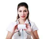 Доктор держа карточку Стоковая Фотография