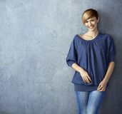 привлекательные детеныши женщины джинсыов Стоковое Изображение