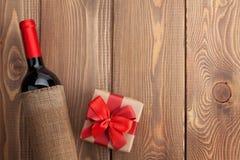 红葡萄酒瓶和情人节礼物盒 免版税图库摄影