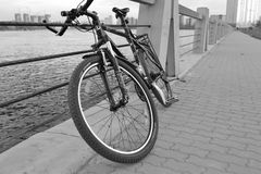 ποδήλατο ανασκόπησης που απομονώνεται πέρα από το αθλητικό λευκό Στοκ φωτογραφίες με δικαίωμα ελεύθερης χρήσης