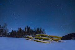 皮船在冬天夜 图库摄影