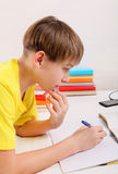 执行家庭作业孩子 免版税库存照片