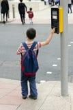 行人交叉路的孩子 免版税库存照片
