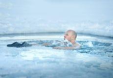 沐浴在冰冷的水中的人 免版税库存照片
