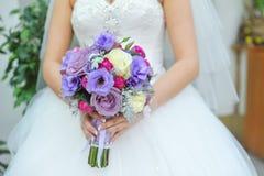 蓝色和空白婚礼花束 免版税库存图片