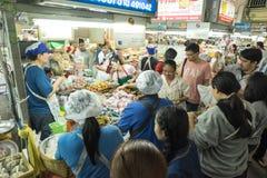 许多人民在市场上买 免版税库存图片