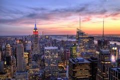 Центр города Нью-Йорка с Эмпайром Стейтом Билдингом на сумраке Стоковая Фотография
